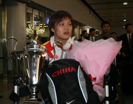 图文:举重队载誉归京 三项世界纪录打破者杨炼