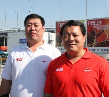 图文:举重队载誉归京 队教练和中心举重部领导