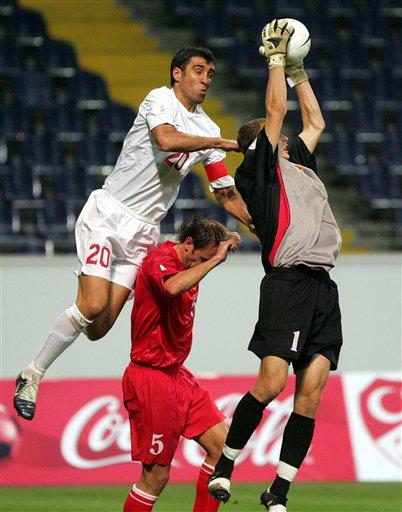 图文:欧洲杯土耳其VS摩尔多瓦 哈坎苏克争顶