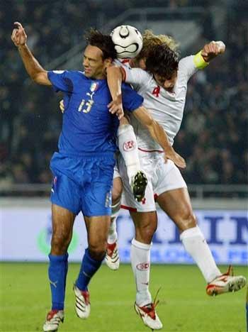 图文:格鲁吉亚1-3意大利 内斯塔死扛对方球员
