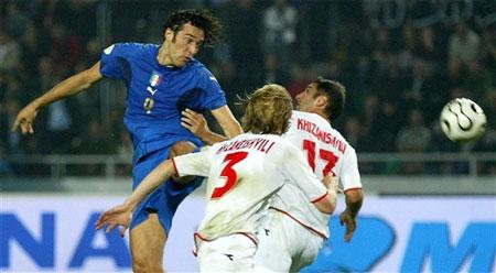 图文:格鲁吉亚1-3意大利 托尼跃起狮子甩头