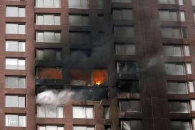 小飞机撞击纽约高层住宅楼 出现了巨大火球爆炸