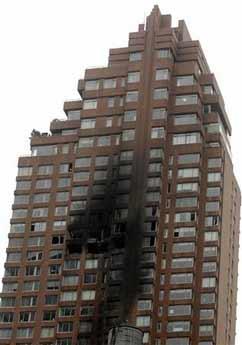 小飞机撞进纽约一座大楼 飞机损坏大楼冒出浓烟