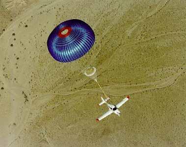 SR-20轻型飞机借助巨型降落伞成功脱险(图)