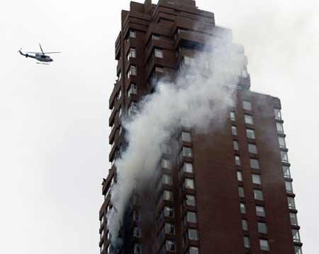 纽约发生飞机撞楼事故 疑油不足失控所致(组图)