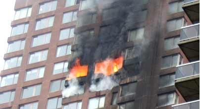 一架小型飞机在纽约曼哈顿岛坠毁 2人死亡(图)