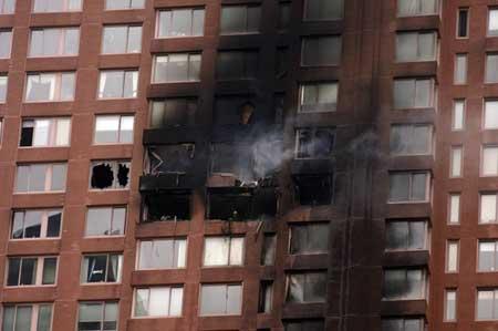 图文:美国小飞机撞纽约大楼 至少造成4人死亡