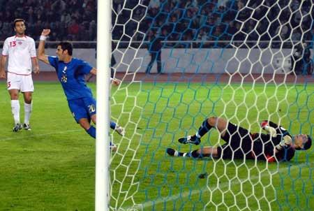 图文:格鲁吉亚1-3意大利 佩罗塔庆祝进球