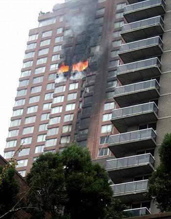 美国纽约曼哈顿突发小飞机撞击大楼事件(组图)