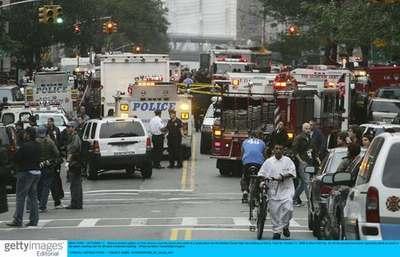 图文:美国小型飞机撞进一居民楼 营救人员到场