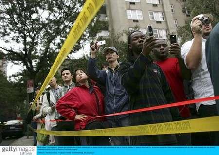 图文:市民用手机拍摄被撞大楼
