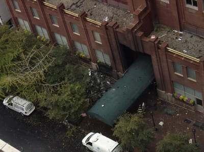 图文:被撞大楼前面路面上的楼碎片