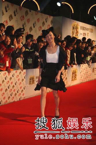 搜狐快讯:周迅一身黑衣带着猫耳朵出场(图)