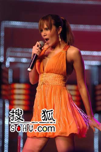 泰国美女Tata Young性感露腿根