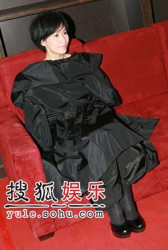 刘嘉玲性感低胸礼服亮相 严防走光外套不离身