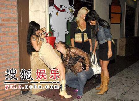 同性恋女星酒吧放荡 透明装巨乳曝光当众舌吻