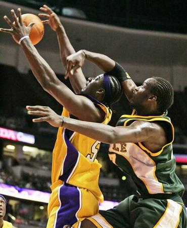 NBA图:季前赛湖人逆转超音速 布朗争抢篮板