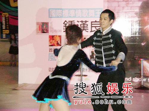 钟汉良上海发布新单曲 现场滑冰化身冰雪王子