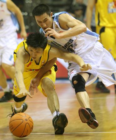 图文:北京主场战胜陕西汉斯 张云松与对手拼抢
