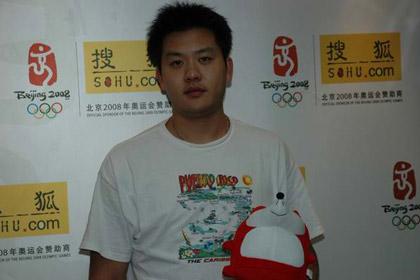 图文:击剑世锦赛冠军王磊作客 手握可爱的狐狸