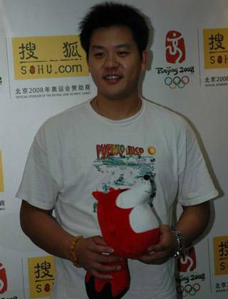 图文:击剑世锦赛冠军王磊作客 举着狐狸摆造型
