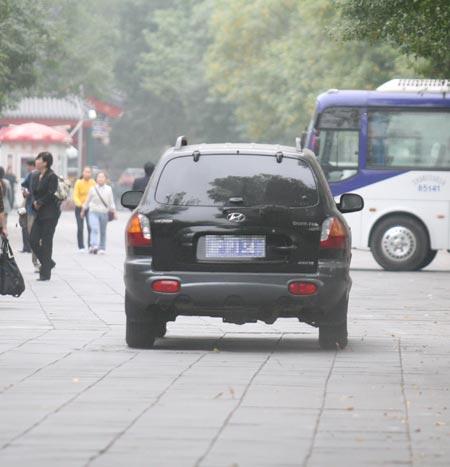 图文:王德显北京神秘现身 王德显驾车扬长而去