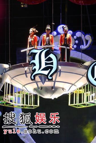 周董潘帅助阵S.H.E个唱 Selina走光露内裤(图)