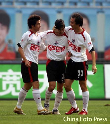 图文:山东鲁能主场3-1胜辽宁 王新欣庆祝进球