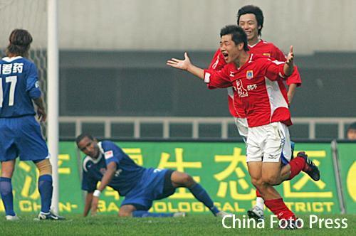 图文:西安主场0-2厦门 厦门队员庆祝进球