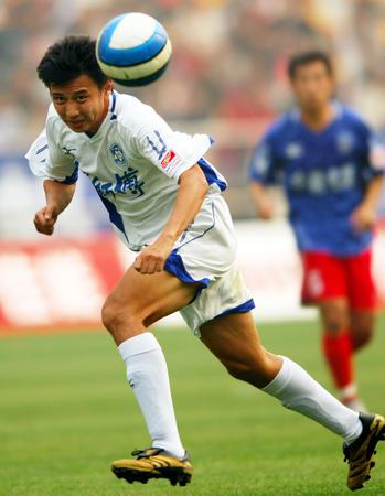 图文:天津康师傅3-1胜青岛中能 张烁头球攻门