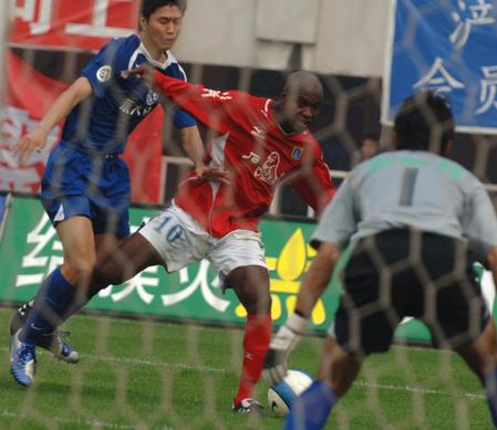 图文:西安国际0-2负厦门蓝狮 乔吉姆带球突破