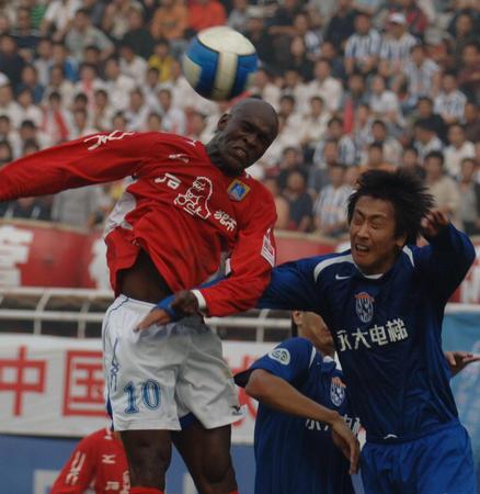 图文:西安国际0-2负厦门蓝狮 乔吉姆争顶占优