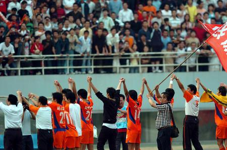 图文:山东鲁能3-1胜辽宁 鲁能众将士挥手致意