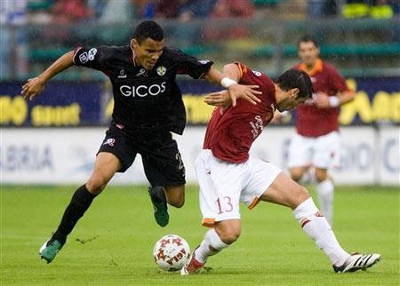 图文:雷吉纳1-0罗马 齐沃积极防守对方突破