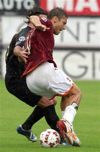 图文:雷吉纳1-0罗马 托蒂在大雨中控球突破