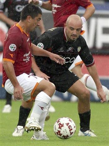 图文:雷吉纳1-0罗马 皮萨罗雨中控球很吃力