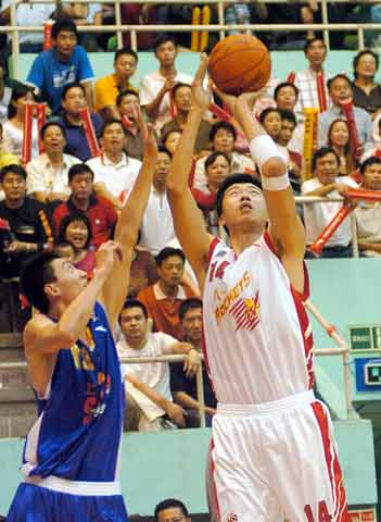 CBA图:八一主场不敌上海 大郅外线出手投篮