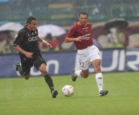 图文:意甲雷吉纳1-0胜罗马 双方球员积极拼抢
