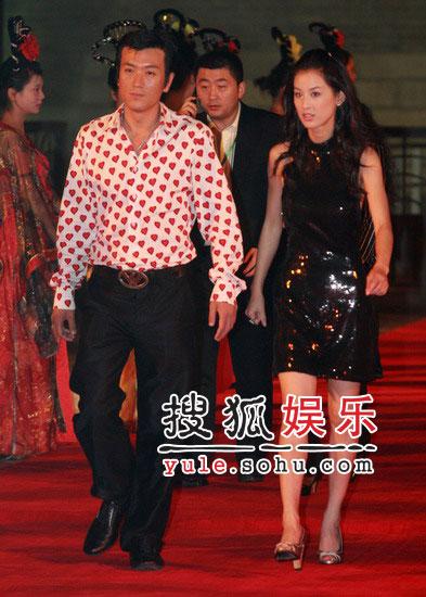 黄圣依献唱颁奖典礼 与杨子调情恩爱无比(图)