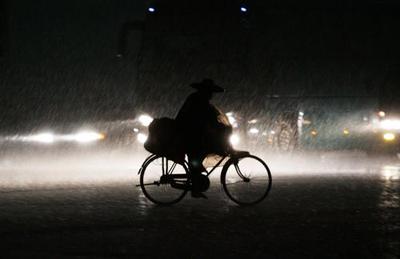 广东局部遭暴雨袭击 佛山发布黄色预警信号(图)