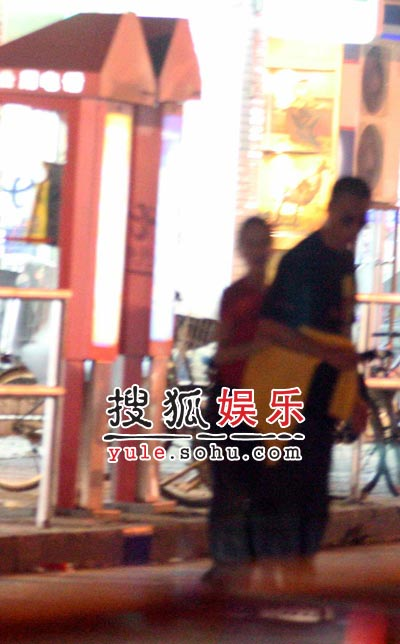独家:孙红雷与女助手深夜街头忘情熊抱(组图)