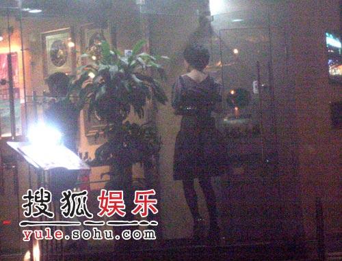 """刘嘉玲胡军吃""""独""""食 前后脚掩人耳目(组图)"""