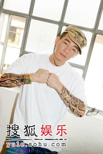 陈小春双臂画满纹身图片
