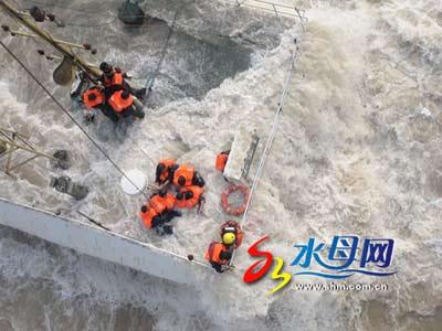 渤海湾多艘船舶遇险 交通部出动直升机救援(图)