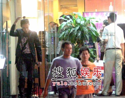 独家:刘嘉玲胡军掩人耳目共进温馨晚餐(组图)