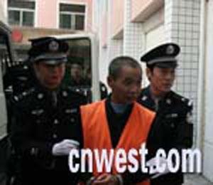 图文:20名武警真枪实弹将邱兴华押赴法庭