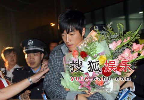 刘翔飞抵西安参加奥运活动 和跨栏小选手竞技