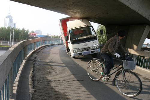 立交桥与货车的亲密接触