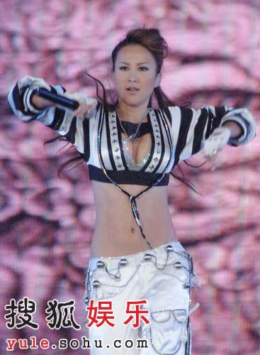 独家:明星捧场盛典西安 李玟爆乳狂扭腰(图)