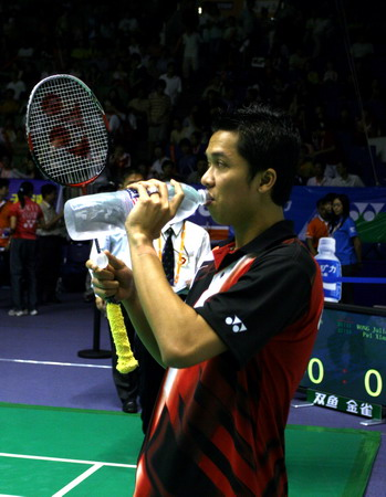 图文:中国羽毛球公开赛 陶菲克场地边喝水